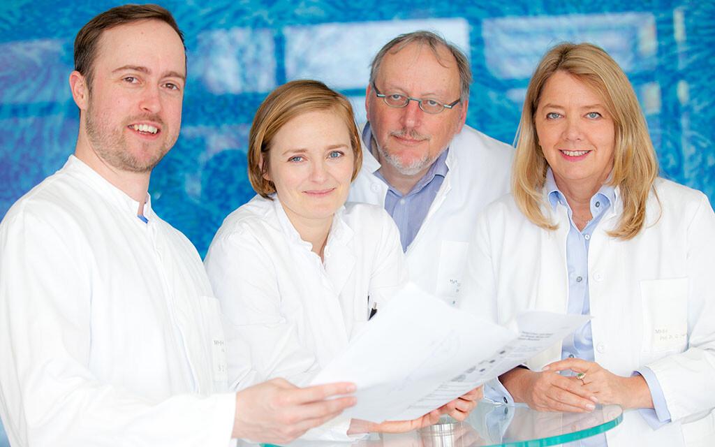 Forschen an der Heilung von pulmonaler Alveolarproteinose mit eigenen Zellen: Privatdozent Dr. Nico Lachmann, Dr. Christine Happle, Professor Dr. Thomas Moritz und Professorin Dr. Gesine Hansen (von links) im Labor. © MHH / Kaiser
