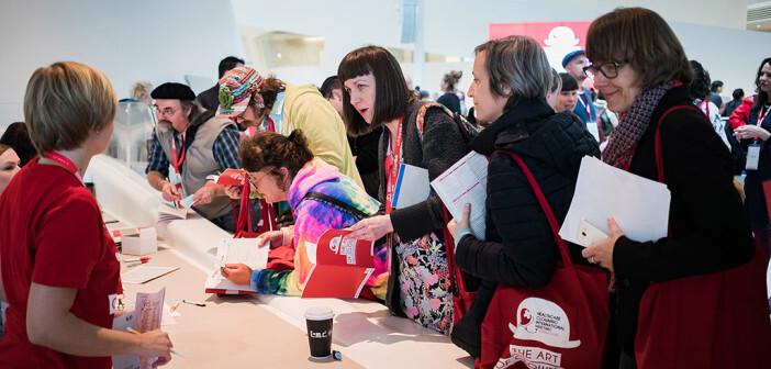 Das Interesse und der Andrang zur größten Konferenz für Gesundheits-Clownerie ist enorm – 400 TeilnehmerInnen aus 50 Ländern füllen jeden Platz. © Jakob Polacsek / ROTE NASEN Clowndoctors