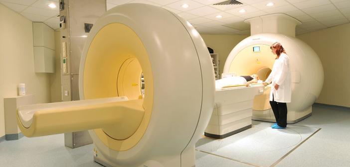 Fast zeitgleich kann das PET/MRT-Kombinationsgerät den Stoffwechsel von Tumoren mit Hilfe der Positronen-Emissions-Tomographie (PET) und deren anatomische Lage sowie weitere Parameter mit der Magnet-Resonanz-Tomographie (MRT) bildlich darstellen. © HZDR / Frank Bierstedt