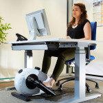 Bewegungsfördernde Arbeitsstationen im Büro können körperlich und psychisch förderlich sein. © Dominik Buschardt / DGUV