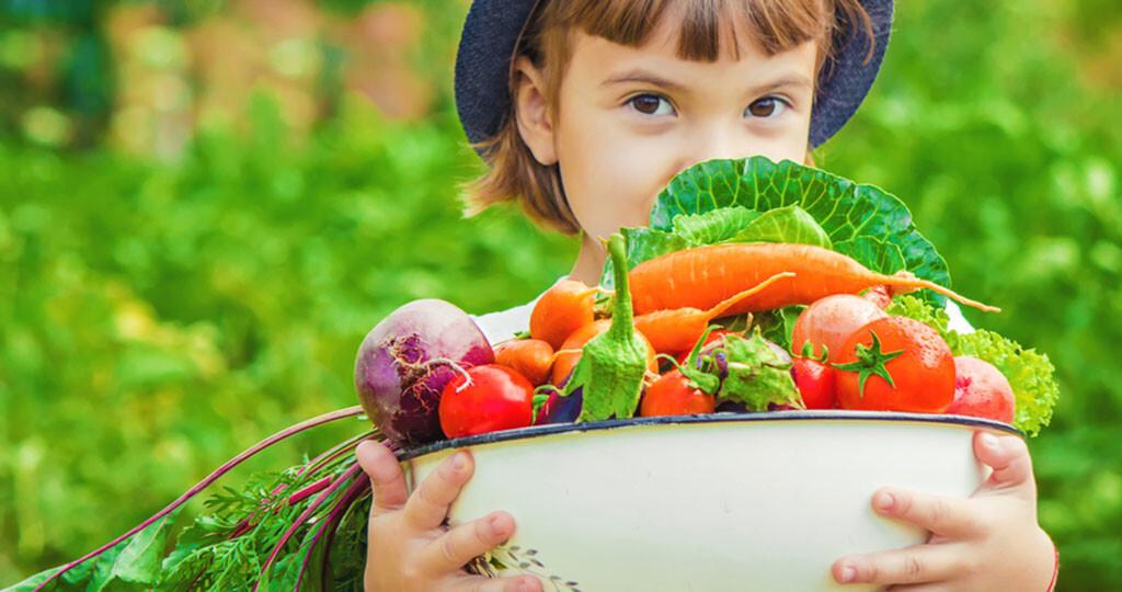 Frisches Gemüse – Kind © Tatevosian Yana / shutterstock.com