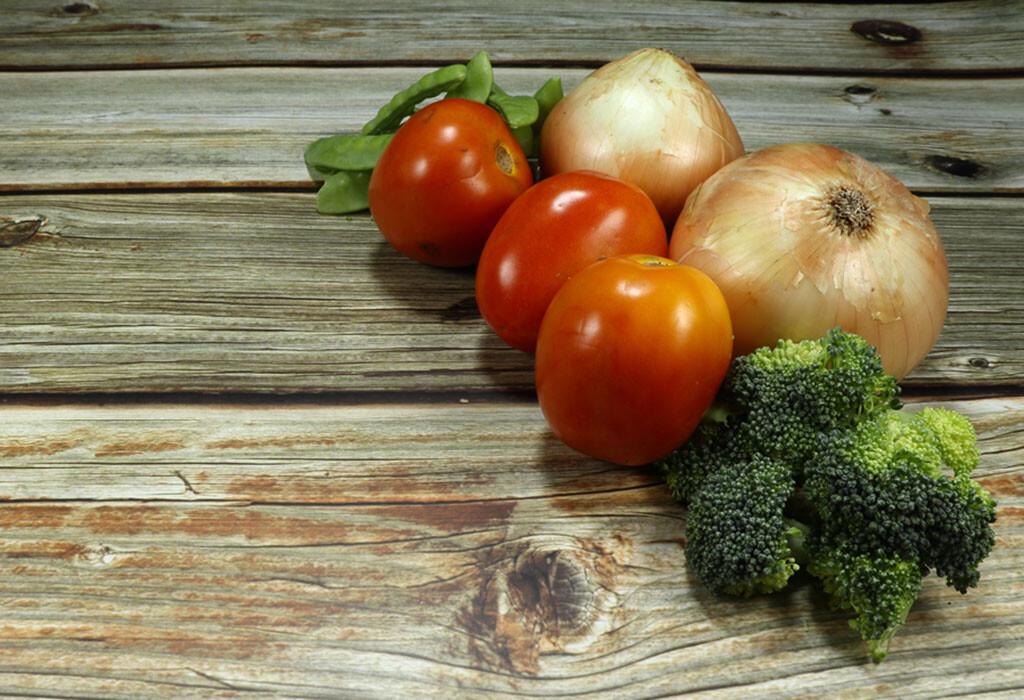 Brokkoli, Zwiebeln und Tomaten sind reich an Flavonoiden mit ihren vielen positiven Eigenschaften für den Körper wie die antioxidative Wirkung für Herz und Gefäße. © Flavonoide / Choun JC / shutterstock.com