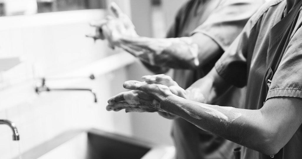 Hände waschen gehört zu den effektivsten vorbeugenden Maßnahmen gegen Ansteckung durch Krankheitserreger. © santypan / shutterstock.com