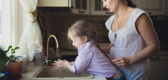 Am besten ist regelmäßiges Händewaschen: sobald man nach Hause kommt, oder vor dem Kochen und Essen sowie selbstverständlich nach dem Toilettengang. © Natalia Lebedinskaia / shutterstock.com