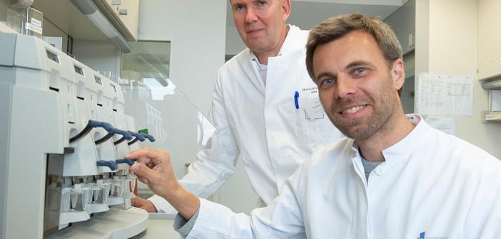 Medulloblastom im Labor untersucht: Prof. Dr. Torsten Pietsch (links) und Dr. Tobias Goschzik (rechts) vom Institut für Neuropathologie der Universität Bonn. © Barbara Frommann / Uni Bonn