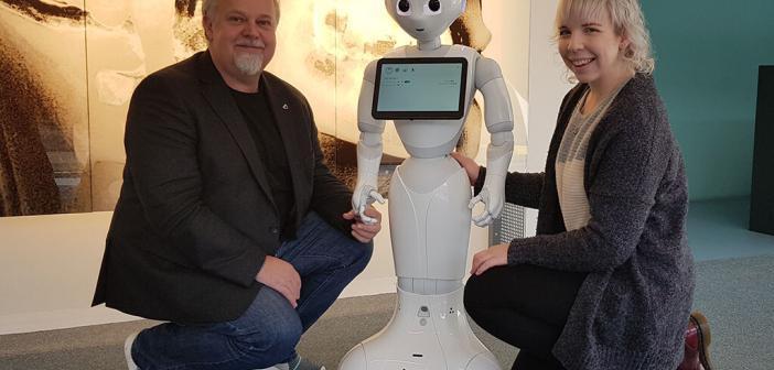 """Prof. Dr. Arvid Kappas und die Doktorandin Rebecca Stower mit dem Roboter """"Pepper"""" © Jacobs University Bremen"""