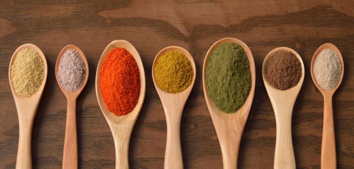 Gewürze wie Cayennepfeffer, Ingwer, Kurkuma und Knoblauch bieten sehr gute Effekte für die Gesundheit. © Shima Adel / shutterstock.com