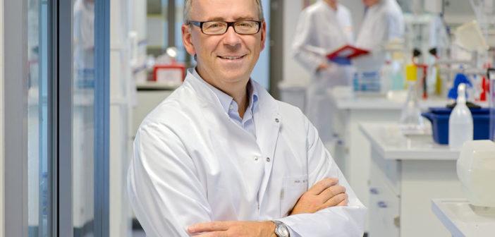 Percy Knolle, Professor für Molekulare Immunologie an der TUM, untersucht die Ursachen von Leberversagen. © Andreas Heddergott / Technische Universität München