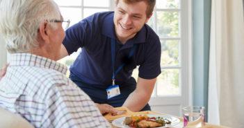 Senior in der Pflege zu Hause. © Monkey Business Images / shutterstock.com