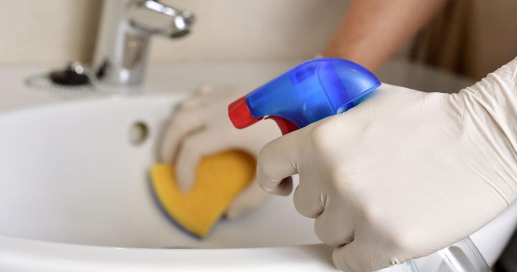 Desinfektionsmittel könnwn die natürliche Artenzusammensetzung der vorhandenen Mikroorganismen stören. Dadurch können gefährliche Krankheitserreger profitieren. © nito / shutterstock.com