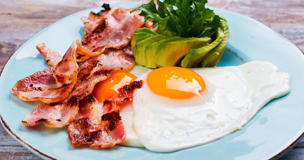 Proteinreiches Frühstück hat viele positive Effekte und wirkt gegen ein Überessen am Tag. © Ekaterina Markelova / shutterstock.com