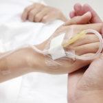 Anfänglich sollte bei Hyperkalzämie eine Kochsalzlösung gegeben werden. © SOMKKU / shutterstock.com