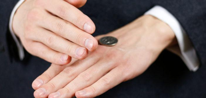 Unehrlichkeit beim Münze werfen © OBprod / shutterstock.com