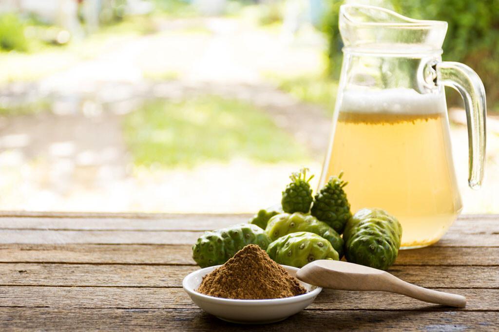 Noni / Nonisaft / Noni-Früchte und Noni-Pulver. © Bigbubblebee99 / shutterstock.com