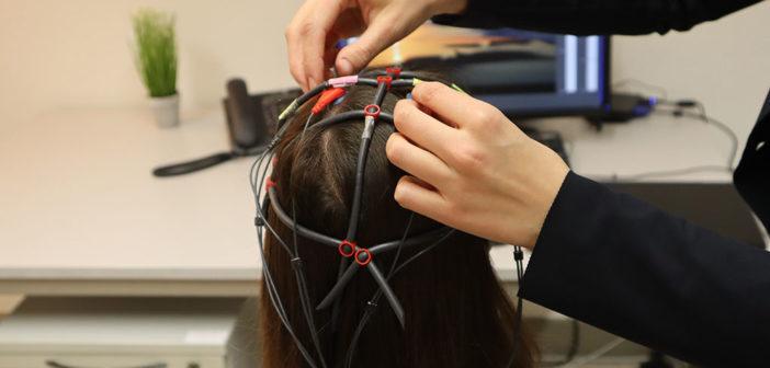 Neurofeedback verspricht Linderung bei Tinnitus. Elektroden auf der Kopfhaut messen die Hirnaktivitäten. © Liv Betker