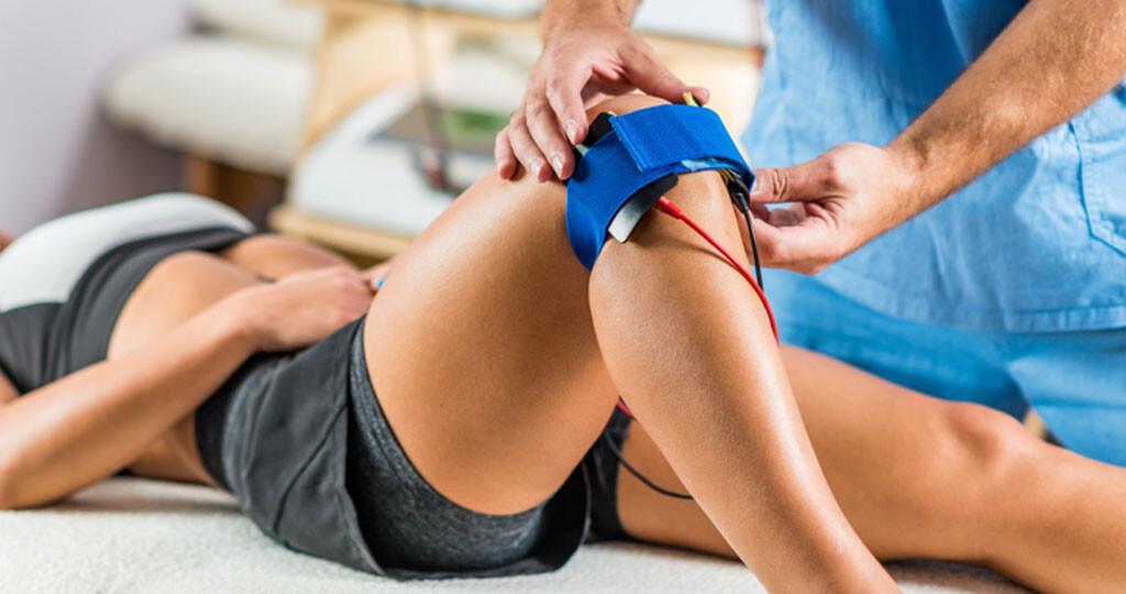 Elektrotherapien zu Hause sind vor allem bei längerfristigen oder chronischen Schmerzen eine wichtige Säule der Therapie. © Microgen / shutterstock.com