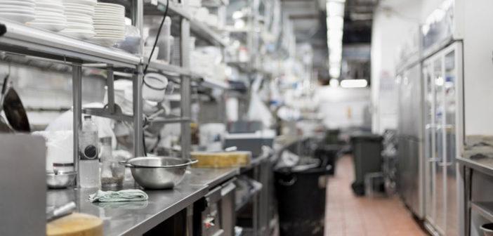 Hygieneregeln in der Gemeinschaftsgastronomie bzw. für Großküche in verschiedenen Sprachen veröffentlicht. © Wasant / shutterstock.com