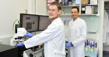 Erstautor Bob Fregin (l.) und Dr. Oliver Otto im Labor. © Manuela Janke (Universitätsmedizin Greifswald)