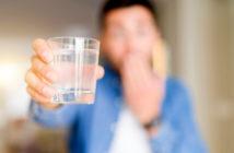 Viel Wasser trinken ist praktisch das einfachste Hausmittel gegen Kater. © Aaron Amat / shutterstock.com