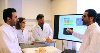 Meysam Alikhani (IfM), Birgit Samans (THM), Prof. Volker Groß (Transmit), Prof. Keywan Sohrabi (THM/von links) arbeiten an neuen diagnostischen Möglichkeiten für eine Langzeitüberwachung Kinder mit Atemwegserkrankungen.