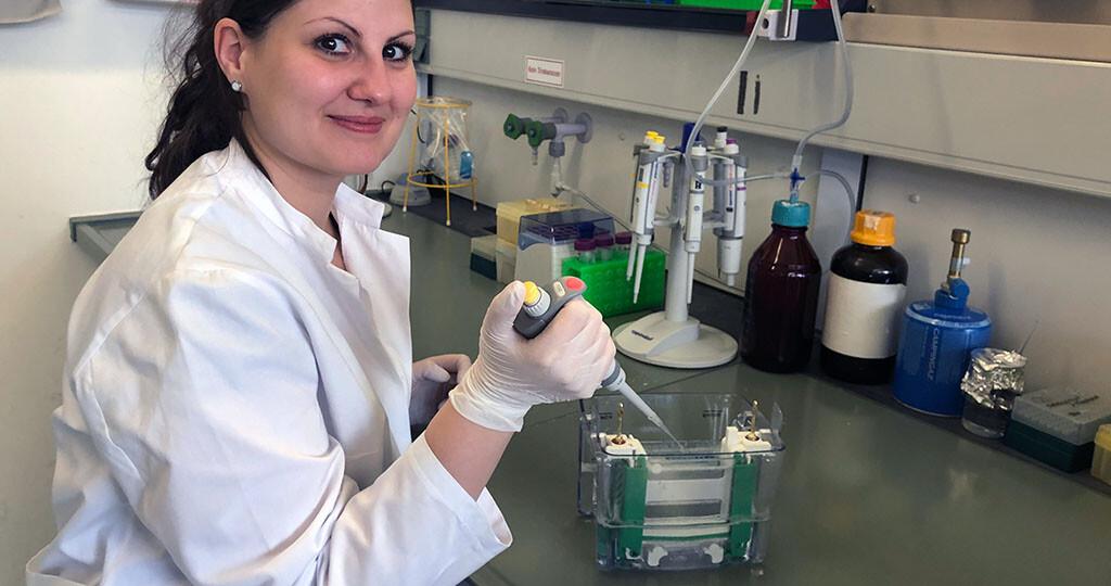 Die Pharmakologin Dr. Anika Mann vom Uniklinikum Jena untersuchte die Regulierung des Nociceptin-Rezeptor, des vierten Opioid-Rezeptors. © Katja Bornkessel / UKJ