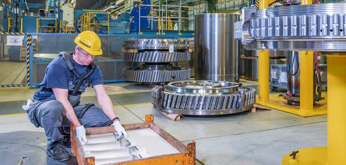Orthese ErgoJack mit arretierbarem Hüftgelenk und Beinbügel unterstützt den Mitarbeiter beim Heben schwerer Lasten. © Fraunhofer IPK / Armin Okulla