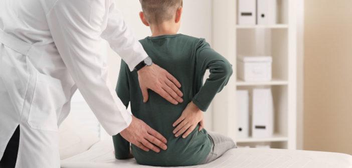 Rückenschmerzen bei Kindern © New Africa / shutterstock.com
