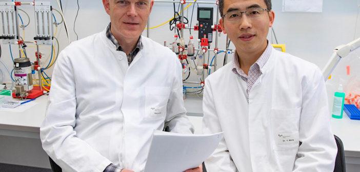 Professor Dr. Kai Wollert (links) und Dr. Yong Wang analysierten die CXCR4-Inhibitor-Wirkung bei Herzinfarkt-Patienten. © MHH / Kaiser