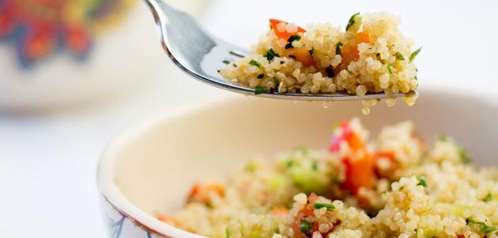 Schmackhafter Quinoa-Salat, einfach zubereitet mit etwa 15 Minuten gekochtem Quinoa. © KaQuinoa-Sia-James / shutterstock.com