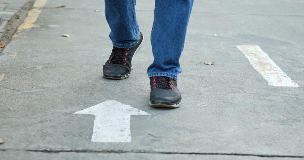 Rückwärts gehen bringt eine positive Wirkung für das Gehirn und das Kurzzeitgedächtnis, so dass man sich besser an verlegte Dinge erinnern kann. © Tanoy1412 / shutterstock.com