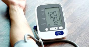 Blutdruck-Messung-Seasontime-shutterstockRund um die Uhr steht unser Herz unter Druck. Manchmal zuviel (Bluthochdruck, Hypertonie), Manchmal zuviel (Niedriger Blutdruck, Hypotonie), © Seasontime / shutterstock.com