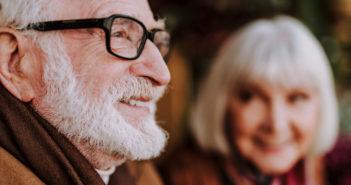 Mit der richtigen Brille im Alter lässt es sich leicht lachen. © Olena Yakobchuk / shutterstock.com