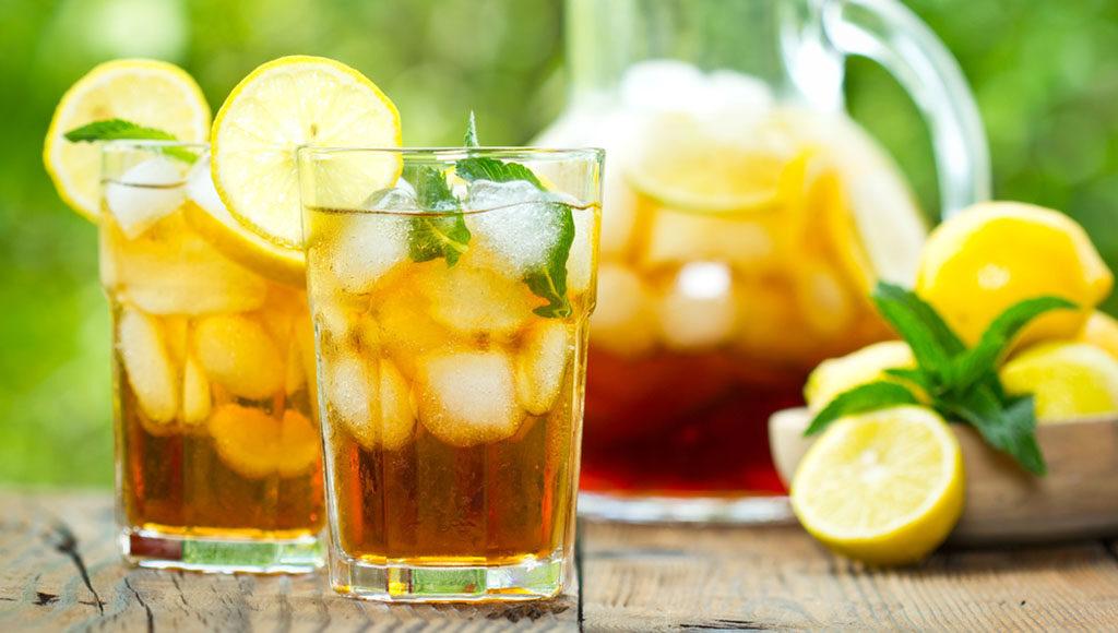 Klassisch mit Zitronen und Minze einen erfrischenden Eistee selber machen. © Pilipphoto / shutterstock.com