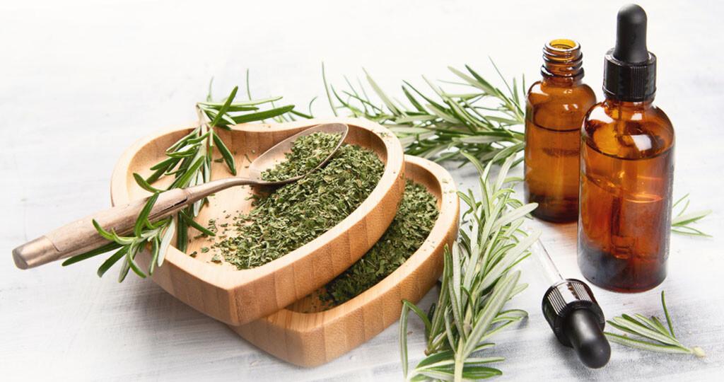 Rosmarinwein sowie Massageöl mit Rosmarinöl sind begehrte Rosmarin-Anwendungen, die man auch recht einfach selber machen kann. © bitt24 / shutterstock.com
