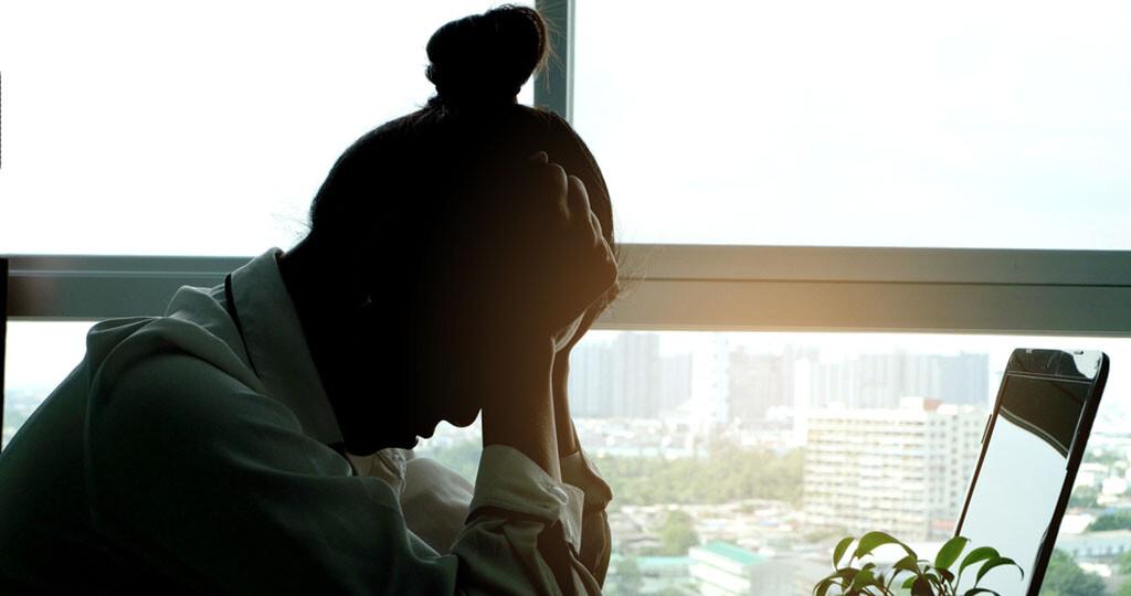 Ibuprofen-Lysinat ist bei Kopfschmerzen ein bewährtes Schmerzmittel mit einer raschen Wirkung. © Seasontime / shutterstock.com