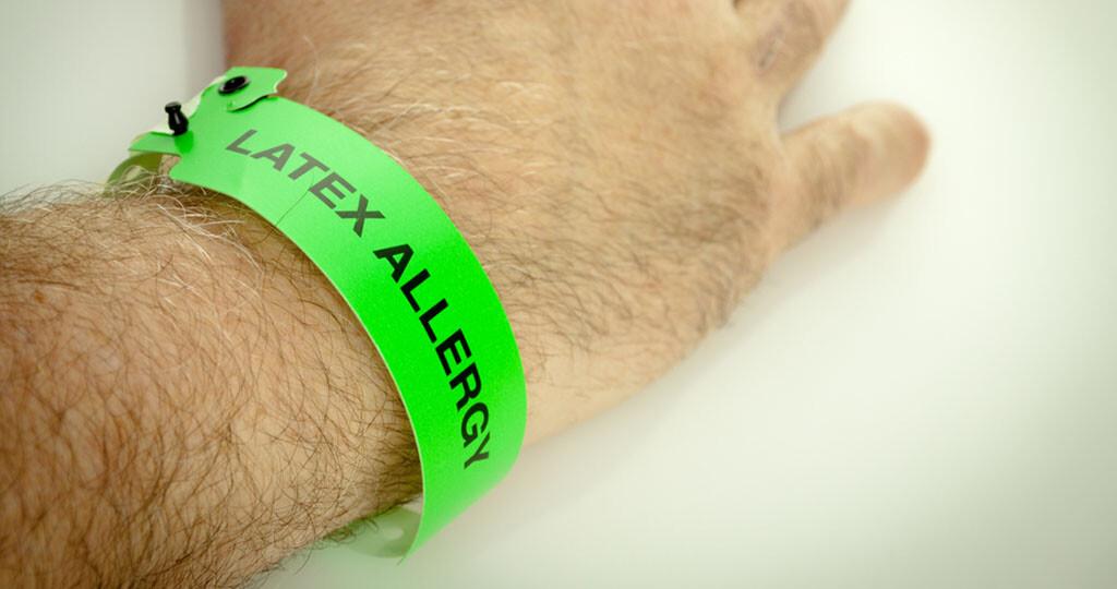 Das Tragen eines medizinischen Alarmarmbandes kann andere über die bestehende Latexallergie informieren. © Angela Schmidt / shutterstock.com