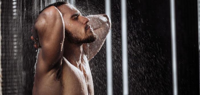 Schlafverbesserung durch warmes Duschen oder Baden 90 Minuten vor dem Einschlafen. © UfaBizPhoto / shutterstock.com