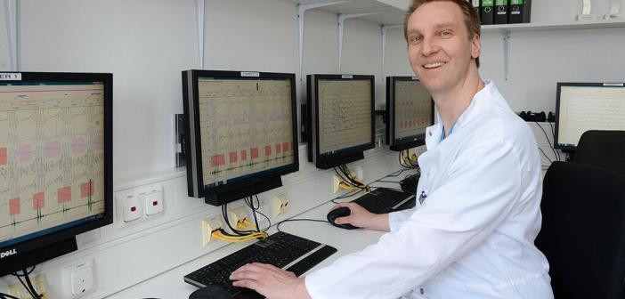 PD Dr. Henrik Fox, Kardiologe am HDZ NRW, Bad Oeynhausen untersucht die implantierbare Schrittmacher-Therapie bei Schlafapnoe. © Armin Kühn