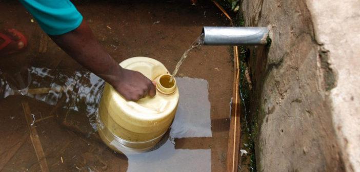 Wasserquellen scheinen ein wesentlicher Faktor bei der Übertragung einer Spulwurm-Infektion sein (normalerweise über Stuhlkontamination). © Amy Pickering, Tufts University