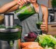 Gurken-Salat und Mixgetränke mit Gurken unterstützen hervorragend beim Abnehmen. © Maridav / shutterstock.com