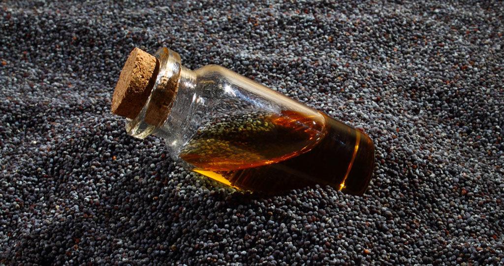 Mohnsamen sowie das daraus gepresste Öl sind sehr gesund. © Gabor Kenyeres / shutterstock.com