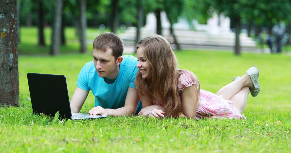 Schule und Eltern sollten hochwertige Onlineangebote zu Sexualerziehung und Aufklärung empfehlen und auch einsetzen. © Kirill Ilchenko / shutterstock.com