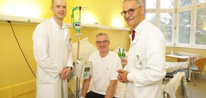 Zur Schleimhautpemphigoid-Therapie in Lübeck: Patient Martin Romberger (Mitte), Prof. Dr. Detlef Zillikens (rechts) und Assistenzarzt Dr. Sören Dräger © René Kube / Universität zu Lübeck