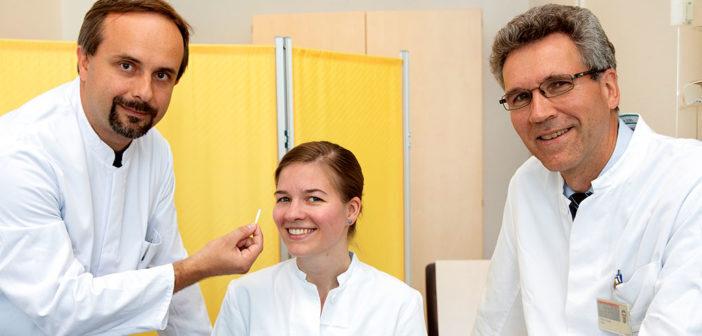 Wichtig für die Diagnose Sjögren Syndrom: Professor Dr. Thomas Skripuletz, Dr. Tabea Seeliger und Professor Dr. Torsten Witte mit dem Schirmer Test, der die Tränenproduktion misst. © MHH / Karin Kaiser
