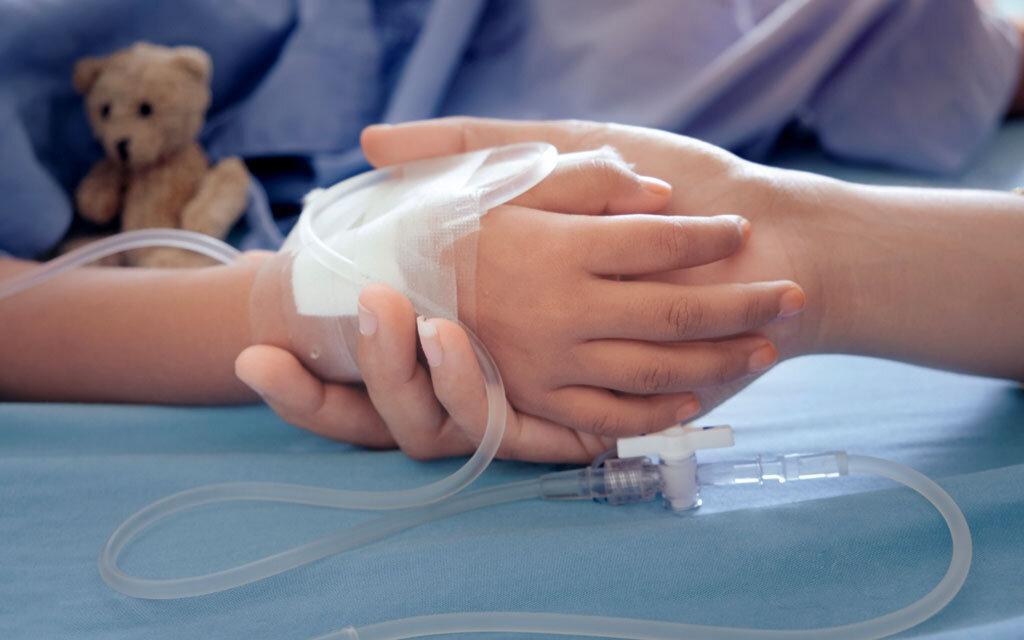 Ungeklärtes Fieber bei Kindern, das länger andauert, muss oft im Krankhaus untersucht werden. © Beenicebeelove / shutterstock.com