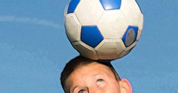 Fussballer – Kopfstoß-Auswirkungen bei jungen Kickern immer öfter im Fokus der Forschung. © Fotokostic / shutterstock.com