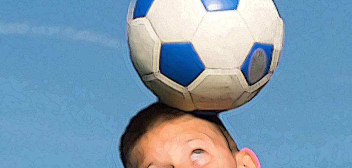 Die Athletik junger Fussballer erhöht die Kopfstoß-Belastung