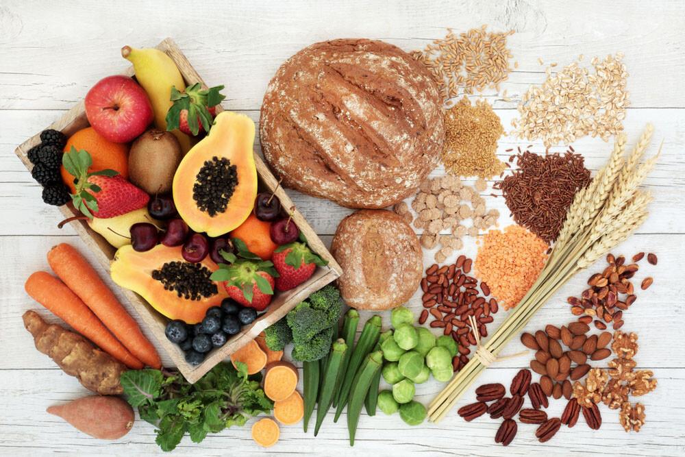 Viel Gemüse, Obst und Vollkornprodukte sind wichtig für eine gesunde ausgewogene Ernährung. © Marilyn Barbone / shutterstock.com