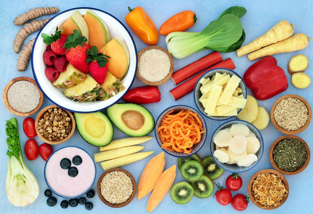 Kräuter, Obst und Gemüse, die als Superfood bei Reizdarmsyndrom zahlreiche Beschwerden lindern und verhindern helfen. © marilyn barbone / shutterstock.com