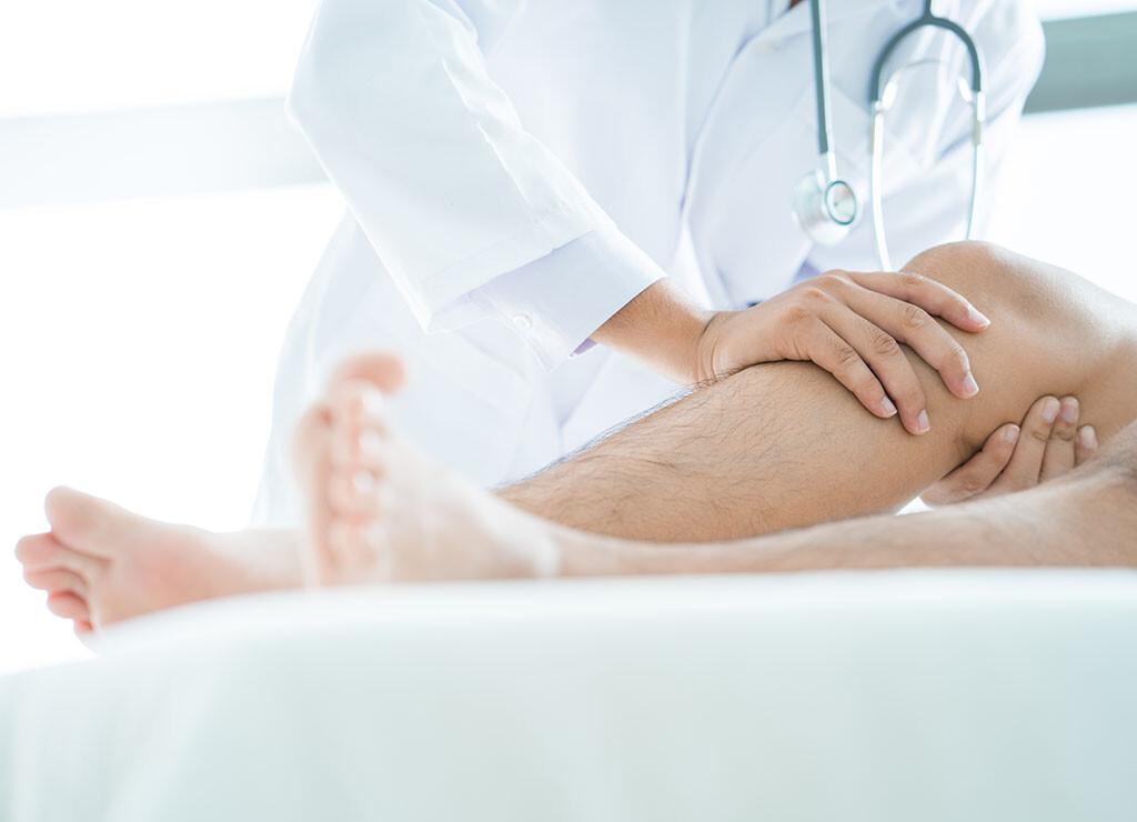 Physikalische Verfahren sind bei Gelenkschmerzen wichtiger Teil einer wirksamen Therapie. © OneStockPhoto / shutterstock.com